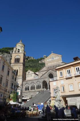 RED_Praça_central_de_Amalfi_e_Catedral__ok