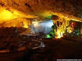 RED_013_Surprising_Cave_em_Halong_Bay